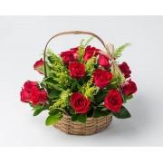 Cesta  com rosas vermelhas